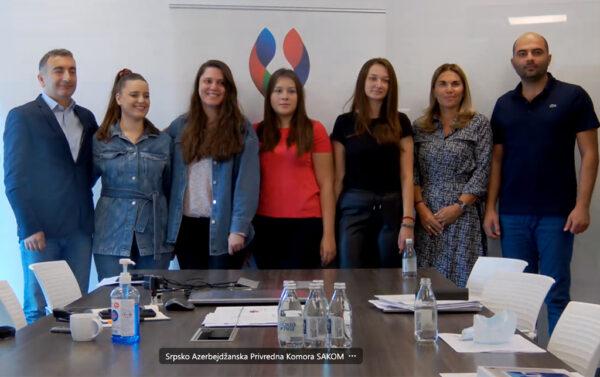 Gospodin Turkoglu, predsednik SAKOM-a; gospodja Jevtimijević potpredsednica SAKOM-a i član UO gospodin Rustemzade sa stipendistkinjama.