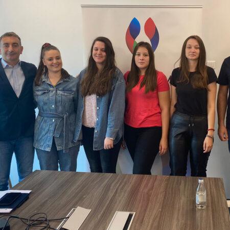 Gospodin Turkoglu, predsednik SAKOM-a, i član Upravnog odbora SAKOM-a gospodin Rustemzade sa stipendistkinjama Nikolijom Galjak, Martom Galjak, Anastasijom Plazinić i Jelenom Rakić.