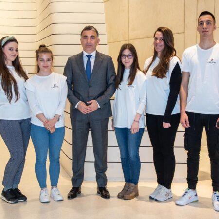 18 Predsednik SAKOM-a gospodin Murat Turkoglu sa stipendistima.