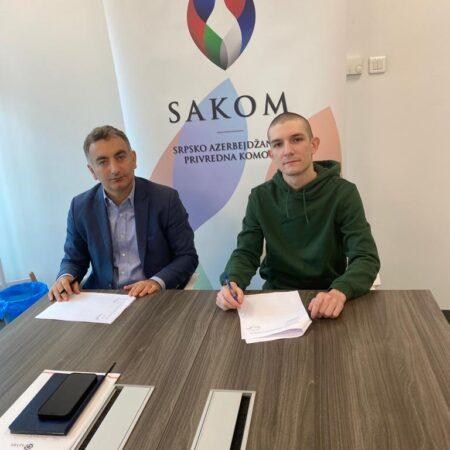 Gospodin Murat Turkoglu, predsednik SAKOM-a, i stipendista Aleksa Vujanović