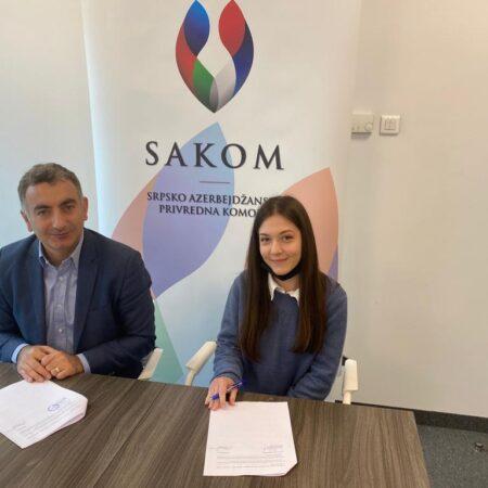 Gospodin Murat Turkoglu, predsednik SAKOM-a, i stipendistkinja Jovana Ristić