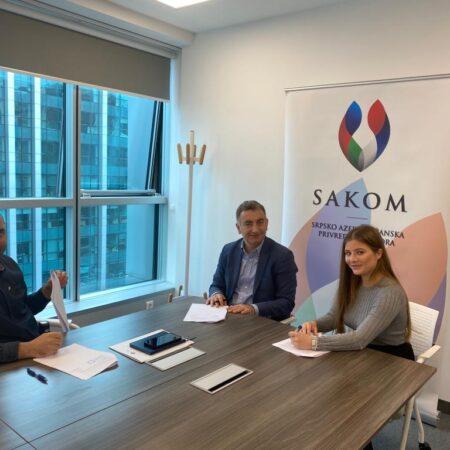 Gospodin Murat Turkoglu, predsednik SAKOM-a, Gospodin Elshen Rustemzade, član Upravnog Odbora, i stipendistkinja Milena Lazarević